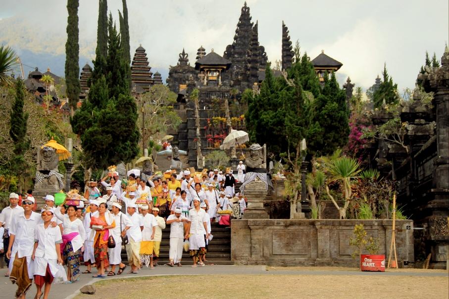 balijská ceremonie - bílá i barevná
